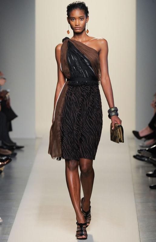 Bottega Veneta. Если вы хотите продемонстрировать крупные серьги, нужно собрать волосы и выбрать модель платья/топа без бретелей или с бретелей на одно плечо, как на фото.