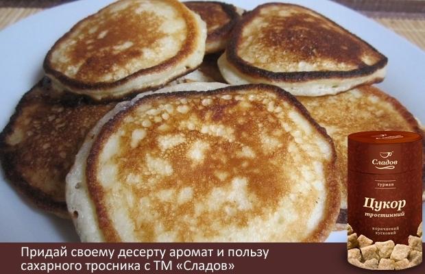 """¼ стакана тростникового сахара ТМ """"Сладов"""",2 чайные ложки мака,Тертая кожура 2 апельсин,2 яйца, взбитые,1 ¼ стакана молока  Смешайте 2 стакана муки в большой миске. Добавьте сахар, мак, кожуру апельсина и сделайте углубление в центре смеси. Взбейте яйца, и молоко в смеси из муки так, чтобы получилось эластичное тесто  На разогретую сковороду положите тесто с помощью столовой ложки. Готовьте до образование пузырьков на тесте, затем переверните и обжарьте другую сторону, до золотистой корочки. Уберите со сковороды. Повторите действия с оставшимся тестом."""
