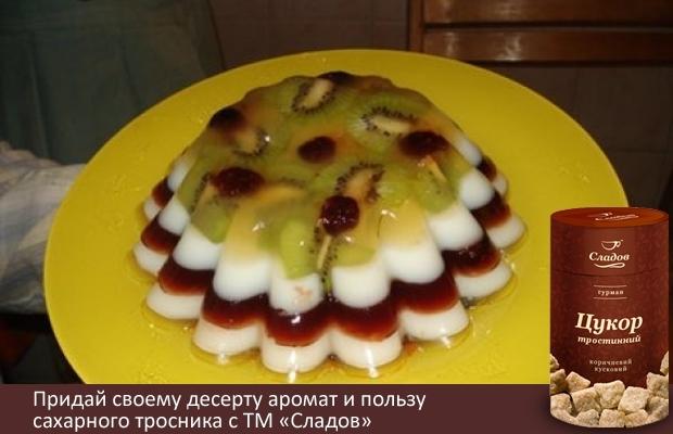 """Хочу поділитися рецептом ось такого желейного тортика. У нашій сім'ї усі люблять желе. І ось після Нового року ми чекали гостей і я думала, що б приготувати легке, корисне і красиве, оскільки після свят борошняного ніхто не хотів, та і від готування я трохи втомилася.  Так я зробила цей тортик.    Про користь агар-агару сказано багато, а купити його можна на ринку або в аптеці.    Окрім агару, буде потрібно:  цукор 2 """"СЛАДОВ""""  варення  сік або джем красивого кольору  і трохи фруктів для прикраси    Робиться дуже просто:  2 чайних ложки агару замочити в 200 мл води і залишити на годину, а краще на 2-3 години.  Додати ще 200 мл води, поставити на вогонь і помішуючи довести до кипіння.  Додати 8-10 столових ложок цукру і ще раз довести до кипіння. Перевірити, щоб увесь агар розчинився, щоб не було крупинок поварити до повного його розчинення. Розділити масу на 3 частини. У кожну додати трохи варення, джему, соку або згущеного молока, молока, щоб отримати різні кольори.  У цьому тортику, наприклад, для темно-червоного я використовувала вишневий сироп, для білого — молоко, для прозорого — виноградний сік.    У форму, злегка змащену маслом, викладаємо красиво фрукти. Заливаємо перший шар, прозорий. Ставимо в холодне місце. Застигає дуже швидко, 5-10 хвилин. Далі заливаємо наступний шар і так далі. У шари також можна додавати фрукти. Поки шари застигають, агарова маса теж захолоне. Щоб вона стала рідкою, її просто треба підігріти. Коли усі шари захолонуть, обережно перевертаємо форму на тарілку."""