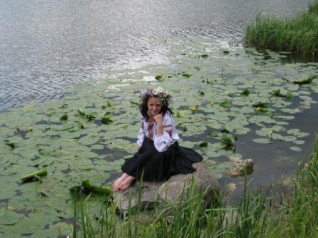 фото моей жены. Сделано за городом на реке Южный Буг
