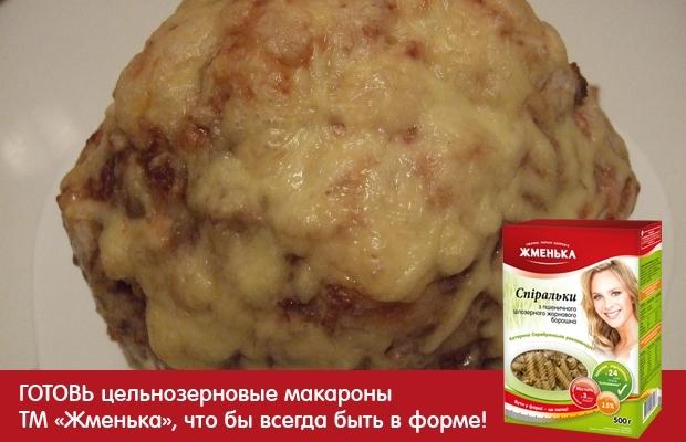 фаршированнаяцветнаякапуста  Для приготовленияфаршированной цветной капустынам потребуется:  •Кочан цветной капусты- 1 шт ( у меня вес кочана 1,2 кг.)  •фарш - 300 гр. ( у меня говяжий)  •яйцо куриное -1 шт  •лук репчатый- 1 головка  •соль  •перец черный молотый  •майонез  •сыр -50-100 гр.  •чеснок -2 зубчика.  У кочана капусты надо ободрать все листья, оставить в кочане только соцветия. В большой кастрюле вскипятить воду, хорошенько подсолить её. Опустить туда кочан, и варить его минут-7-10, переварачивая его несколько раз, чтобы капуста равномернопроварилась. Послекочандостать и переложить его на тарелку, дабы он остыл и стекла вода.  Теперь займемся приготовлением фарша  Лук мелко нарезать и обжарить на растительном масле до золотистого цвета  В фарш отбиваем одно яйцо, солим, перчим по вкусу. Добавляем обжаренный лук. Всё хорошо перемешать.  После того, как кочан капусты остыл, начинаем его фаршировать, ведь у насфаршированная цветная капуста.  Аккуратно раздвигаем соцветия пальцами и заталкиваем туда готовый фарш.  Таким образом фаршируем всю капусту.  Нафаршированный кочан обмазать майонезом.  Форму для запекания смазать ростительным маслом. В неё уложить фаршированную цветную капусту и поставить запекать в горячую духовку при температуре 180-200 градусов на 40 -45 минут.    Готовность капусты определяем проткнув её вилкой. Если протыкается легко- значит готово.    Сыр натереть на крупной терке.  Достаемцветную капусту с фаршемиз духовки. Сверху обсыпаем сыром и сново убираем в духовку на 10-15 минут, до образования золотистой корочки.    Ну вот и всё,запеченная цветная капуста- готова!  Как Вы убедились сами,рецепт цветной капусты в духовке- весьма прост. И такое блюдопод силуприготовить любому.