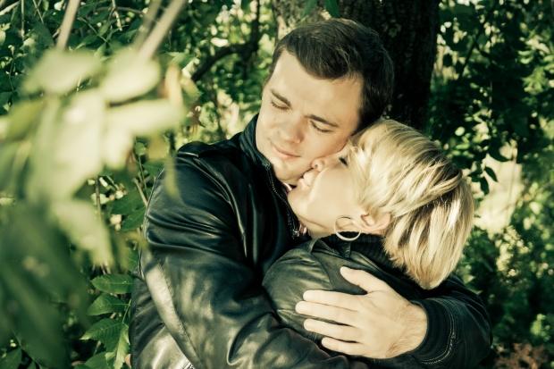 Фото было сделано в Ботаническом саду ранней осенью. Мы в черных кожаных куртках, как из фильма Матрица. Настроение отличное. Это наша первая совместная фотосессия. Дальше еще будет много фотографий и радостных эмоций!