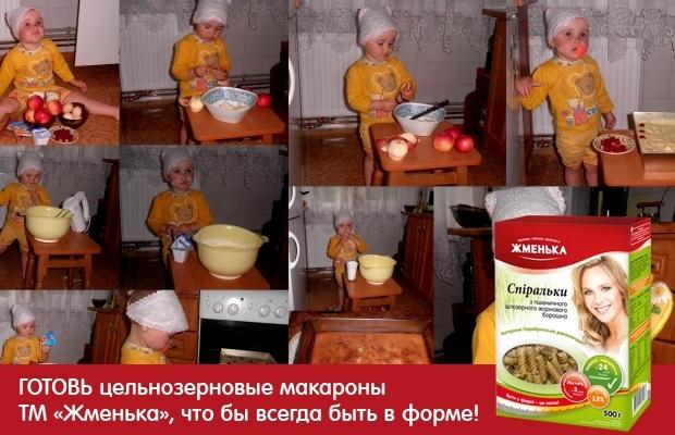Нам знадобиться 4 яйця, 1 склянка цукру, 1-2 склянки борошна, 1 кілограм будь-яких яблук.    Тісто для Шарлотки з яблуками. Збити 4 яйця за допомогою міксера або віночка, при цьому додаючи тонкою цівкою цукор. Продовжуючи також енергійно збивати - поступово додаємо туди ж тонкою цівкою муку, щіпку солі. У тісто можна, навіть потрібно, додати по щіпці: імбиру, кориці або ванілі - ароматна Шарлотка вам забезпечена. Має вийти сметанообразной тісто, і чим краще ви його зіб'є, тим смачніше буде Шарлотка з яблуками. Вимиті яблука очистити від кісточок і нарізати на невеликі часточки. Бажано яблука очистити від шкірки, це не обов'язково, але хто не любить яблучну шкірку, той очистить звичайно.    Форму для випікання Шарлотки з яблуками змастити маслом і злегка посипати борошном, манною крупою або панірувальними сухарями (небагато) Яблука викласти у форму для випікання, рівномірно залити тестом і поставити в попередньо розігріту духовку хвилин на 30-40. Готовність Шарлотки можна перевірити зубочисткою: увіткнути зубочистку в шарлотку - тісто до неї не прилипло - Шарлотка з яблуками готова.