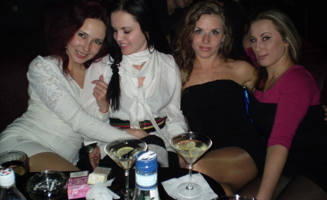 Каждую пятницу мы с подружками ходим в ночной клуб!потом в субботу вспоминаем и офигеваем)))
