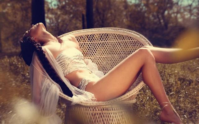 Раннее летнее утро, капли росы застыли на траве. Во дворе пахнет свежестью и цветами. Я иду по траве босиком, сажусь в старое плетёное кресло, что стоит на лужайке во дворе... Солнце несмело греет лучами, а толстые шмели неспешно купаются в цветочной пыльце