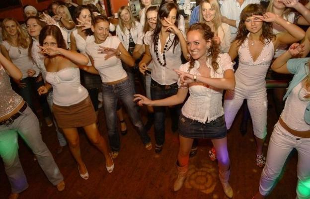 Девочки танцуют, мальчики смотрите)