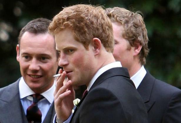 Принц Гарри курит