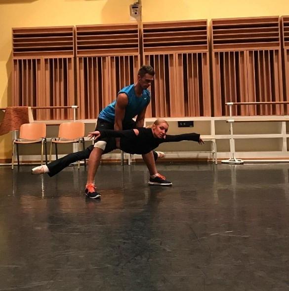 Волочкова продолжает соблазнять партнера по сцене: балерина прокатила актера на Майбахе (ФОТО) - фото №2