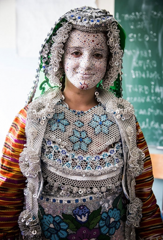 Как выглядят традиционные свадебные наряды по всему миру: огромные головные уборы и необычные узоры - фото №2