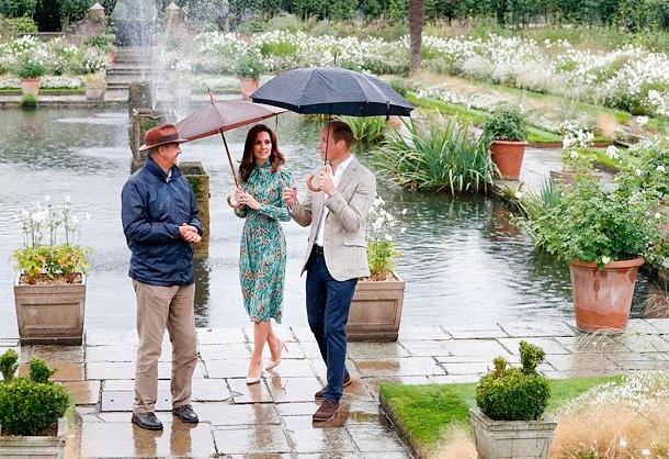 Кейт Миддлтон, принц Уильям и принц Гарри почтили память принцессы Дианы, посетив знаменитый Белый сад (ФОТО) - фото №2