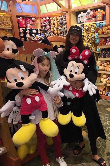 Беременная Ирина Шейк развлеклась в Диснейленде с мамой и сестрой (ФОТО) - фото №2