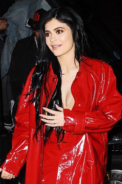 Кайли Дженнер в красном латексном плаще раскритиковали в Сети (ФОТО) - фото №2