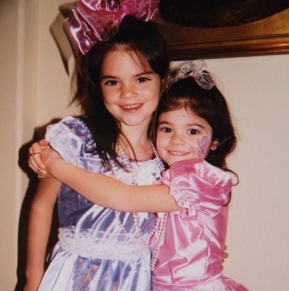 Кайли Дженнер опубликовала детские ФОТО со знаменитой сестрой - фото №1