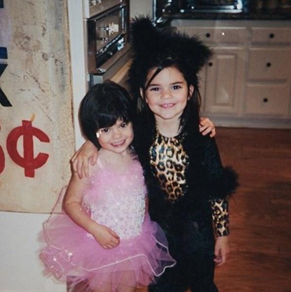 Кайли Дженнер опубликовала детские ФОТО со знаменитой сестрой - фото №2