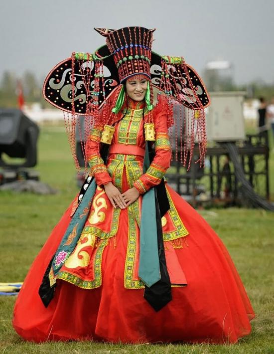 Как выглядят традиционные свадебные наряды по всему миру: огромные головные уборы и необычные узоры - фото №3