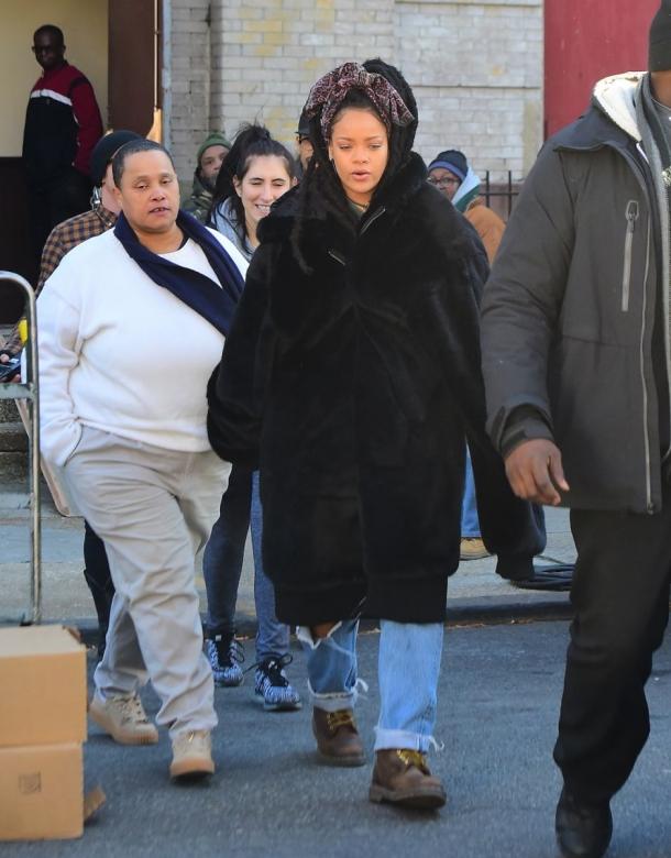 Рианна подарила свою одежду бездомной женщине (ФОТО) - фото №2
