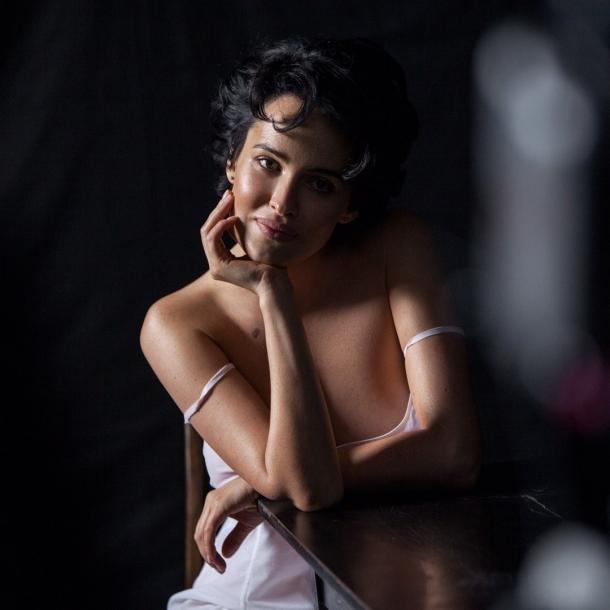 Даша Астафьева в перьях отказалась от секси-напарниц и провокаций (ВИДЕО, ПРЕМЬЕРА) - фото №2