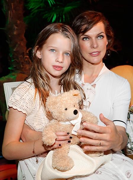 9-летняя дочь Миллы Йовович спит с родителями в одной кровати - фото №2