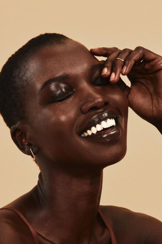 Обычные женщины с обычными телами в рекламной фотосессии косметического бренда - фото №7