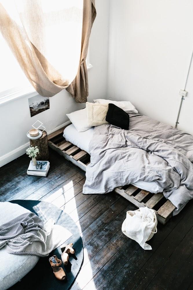 поддоны в интерьере кровать