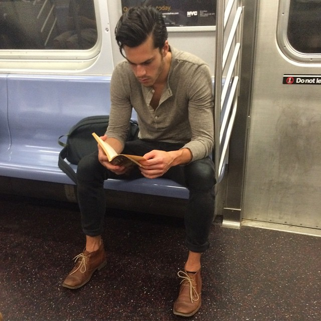 Срочно подписаться: Инстаграм с фотографиями читающих в метро мужчин - фото №2
