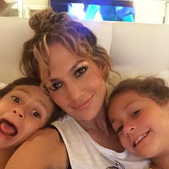 Звездные селфи с детьми: знаменитости в моменты родительского счастья - фото №2