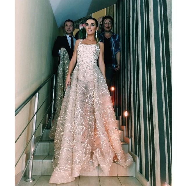 Как Анна Седокова облачилась в 8-килограммовое платье - фото №2