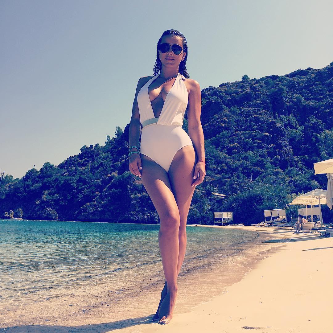Как отдыхают звезды: Ани Лорак любуется видом на турецкую бухту - фото №2