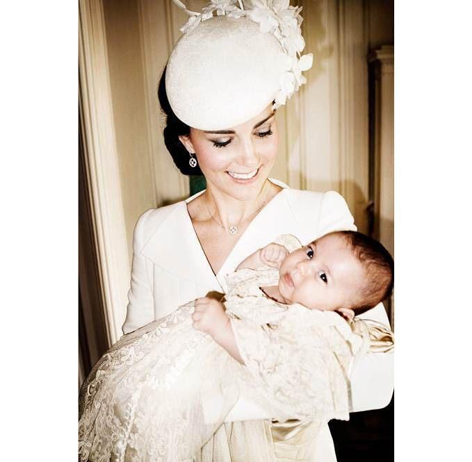 Появились официальные фото с крестин принцессы Шарлотты - фото №1