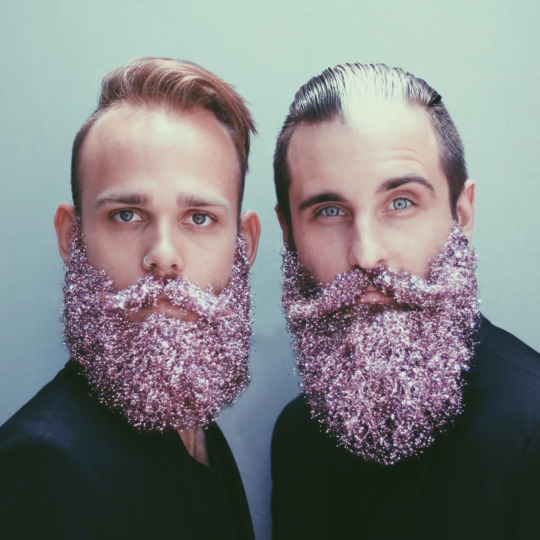 Блестки в бороду: два друга придумывают необычные украшения для своих бород - фото №6