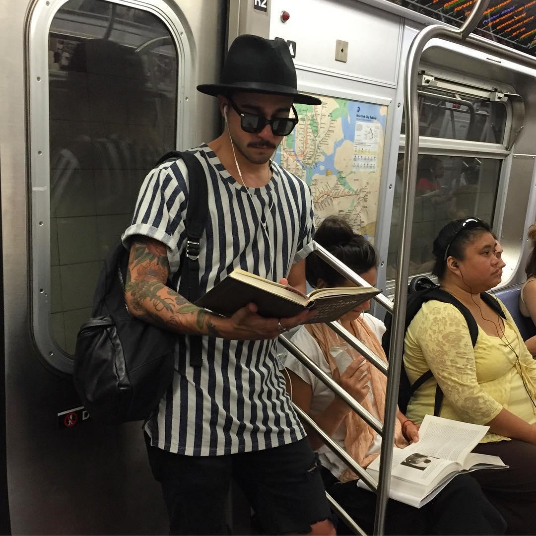 Срочно подписаться: Инстаграм с фотографиями читающих в метро мужчин - фото №1