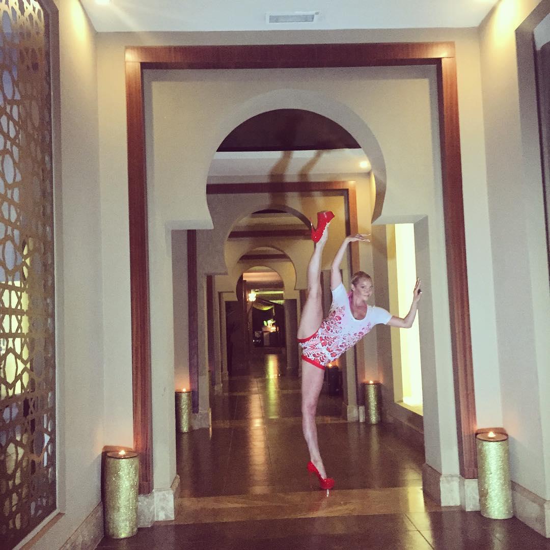 Анастасия Волочкова разгромила люстру своим шпагатом: разбила на счастье - фото №4