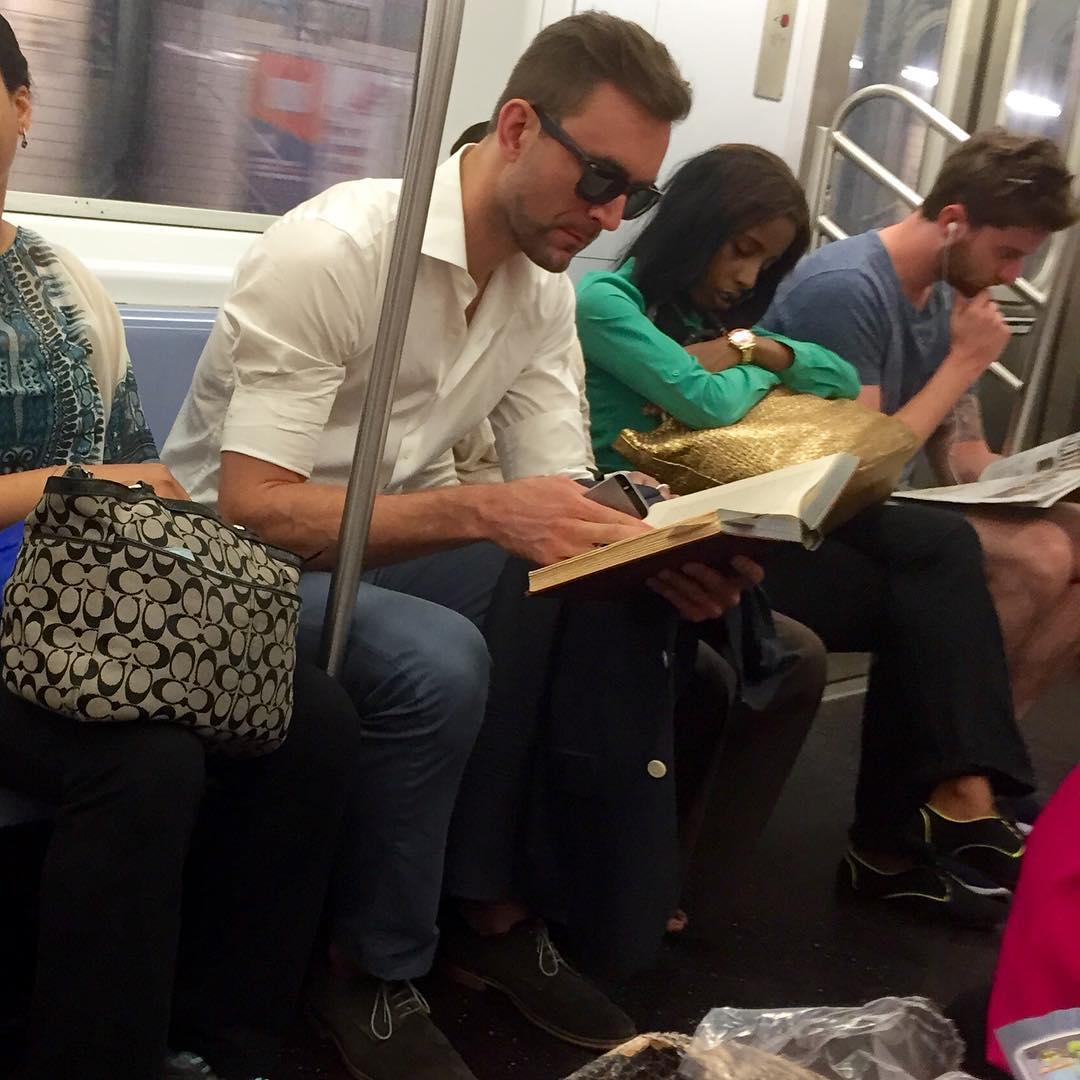 Срочно подписаться: Инстаграм с фотографиями читающих в метро мужчин - фото №5