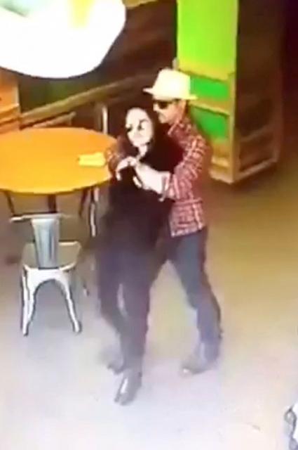 Брэд Питт и Анджелина Джоли целуются в супермаркете: в Сеть попали трогательные фото - фото №2