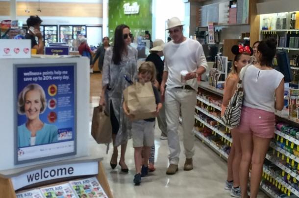 Брэд Питт и Анджелина Джоли целуются в супермаркете: в Сеть попали трогательные фото - фото №1