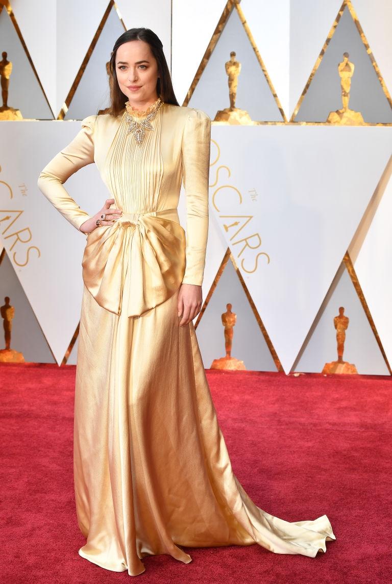 Золото «Оскара»-2017: Дакоты Джонсон, Шарлиз Терон, Эмма Стоун и другие звезды в золотых платьях на красной дорожке церемонии