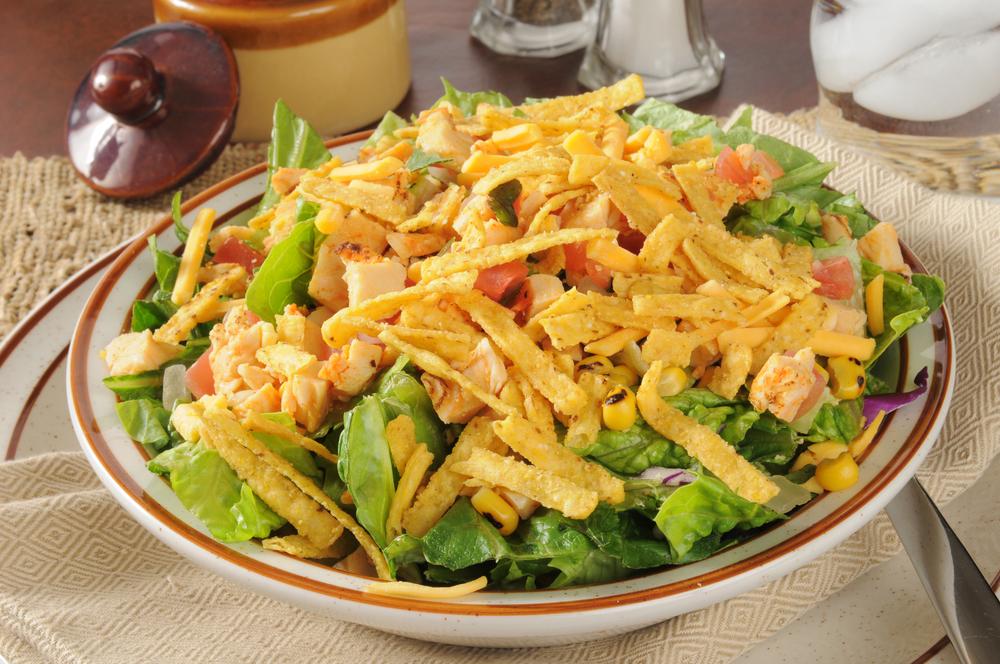 Как приготовить вкусный салат с домашними сухариками: рецепт на заметку - фото №3