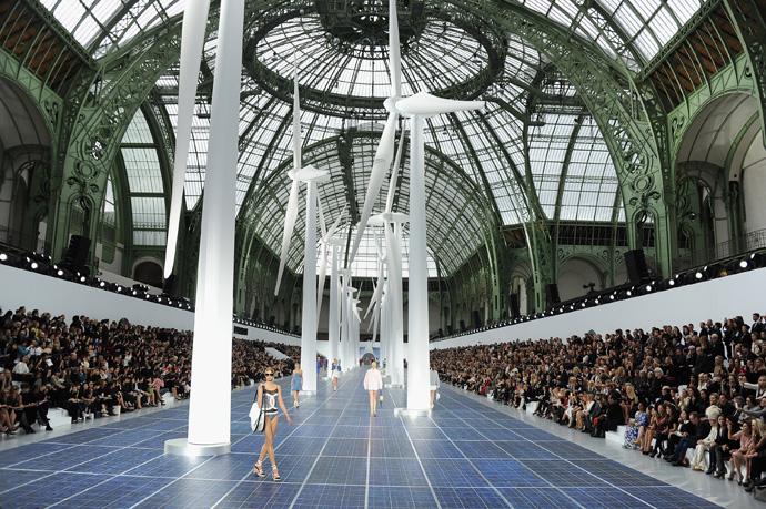 Неделя моды в Париже: «ветреный» показ от Chanel - фото №1