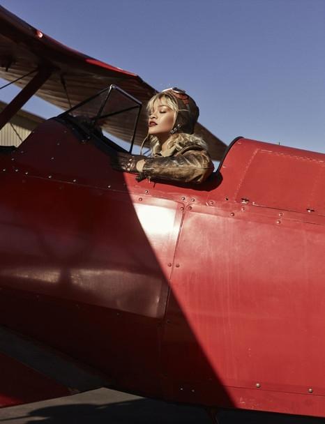 Рианна перекрасилась в блондинку и села за штурвал вертолета (ФОТО) - фото №4