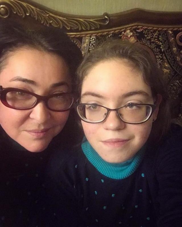 Семейное селфи: Лолита Милявская показала подросшую дочь-копию - фото №1