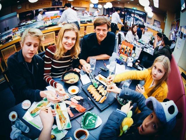 Наталья Водянова с детьми путешествует по Японии (ФОТО) - фото №1