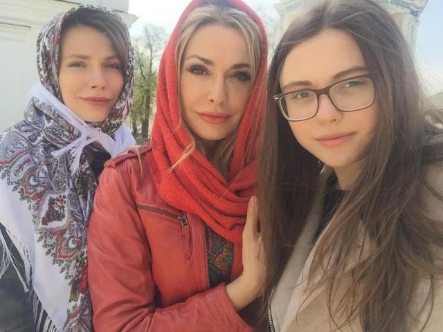 Ольга Сумская восхитила подписчиков семейными пасхальными фото - фото №2