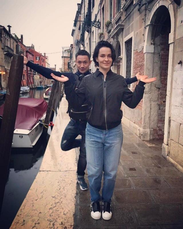 Как отдыхают звезды: Даша Астафьева без макияжа и в скромном прикиде прогулялась по Венеции с возлюбленным (ФОТО) - фото №1