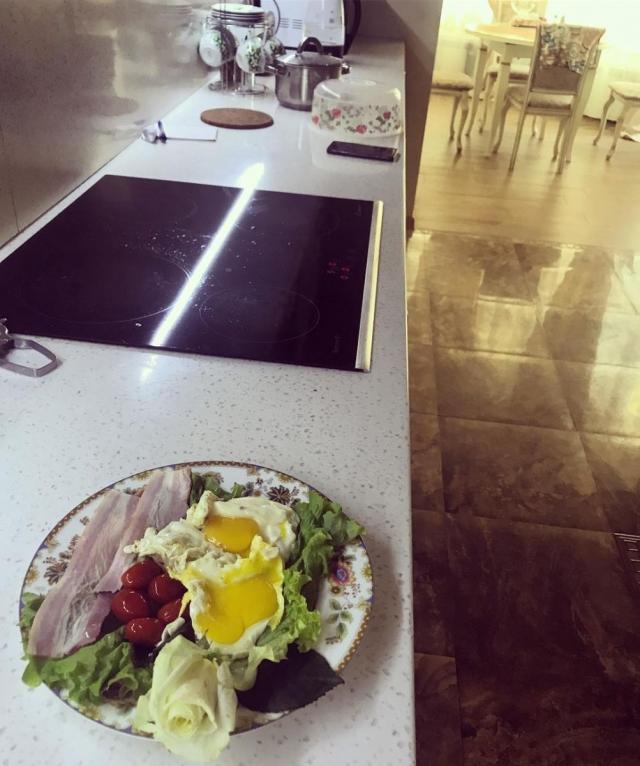 Розы в тарелке: Анастасию Волочкову высмеяли в Сети за завтрак для дочери из цветов (ФОТО) - фото №1