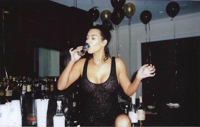 Ким Кардашьян эпатажно отметила 40-летие Канье Уэста: элитный алкоголь в одиночку и откровенное признание (ФОТО) - фото №2