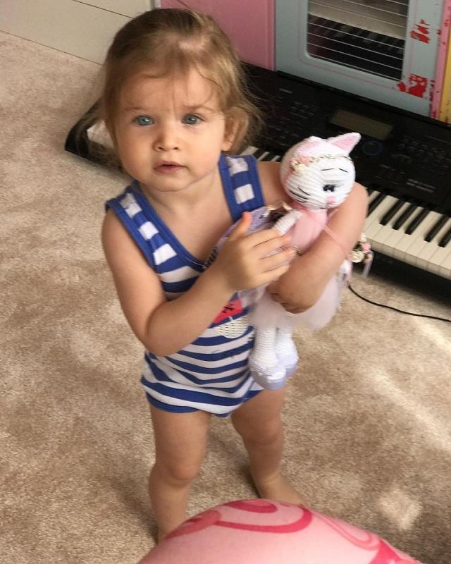 Ксения Бородина и Курбан Омаров официально показали младшую дочь Теону (ФОТО) - фото №1