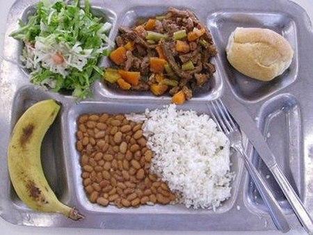 Как выглядит школьный обед в разных странах мира? - фото №21