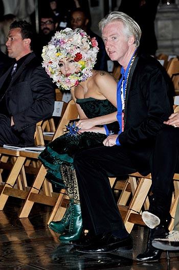 Неделя моды в Лондоне: Леди Гага на показе Philip Treacy - фото №4