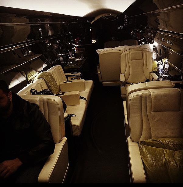 Чем удивили знаменитости: самолет в подарок и $1 млн за 40 минут - фото №3