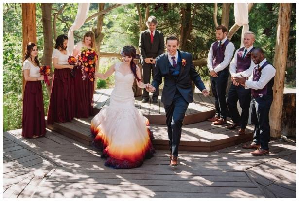Как сделать свою свадьбу незабываемой: девушка полностью трансформировала обычное свадебное платье, разукрасив его подол - фото №1